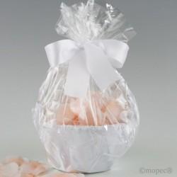 Cesta tul blanco adornada con 288 pétalos rosas