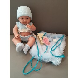 Baby recién nacido con mochila azul